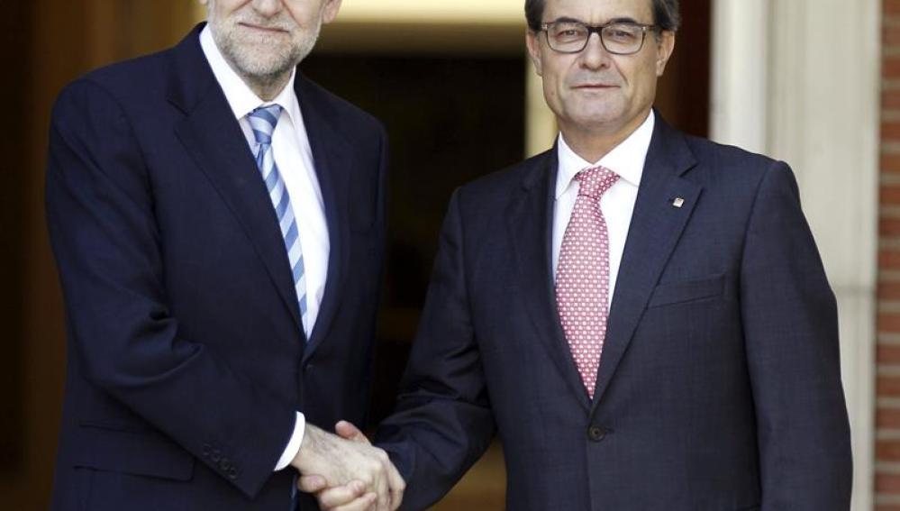 Mariano Rajoy y Artur Mas se saludan antes de la reunión