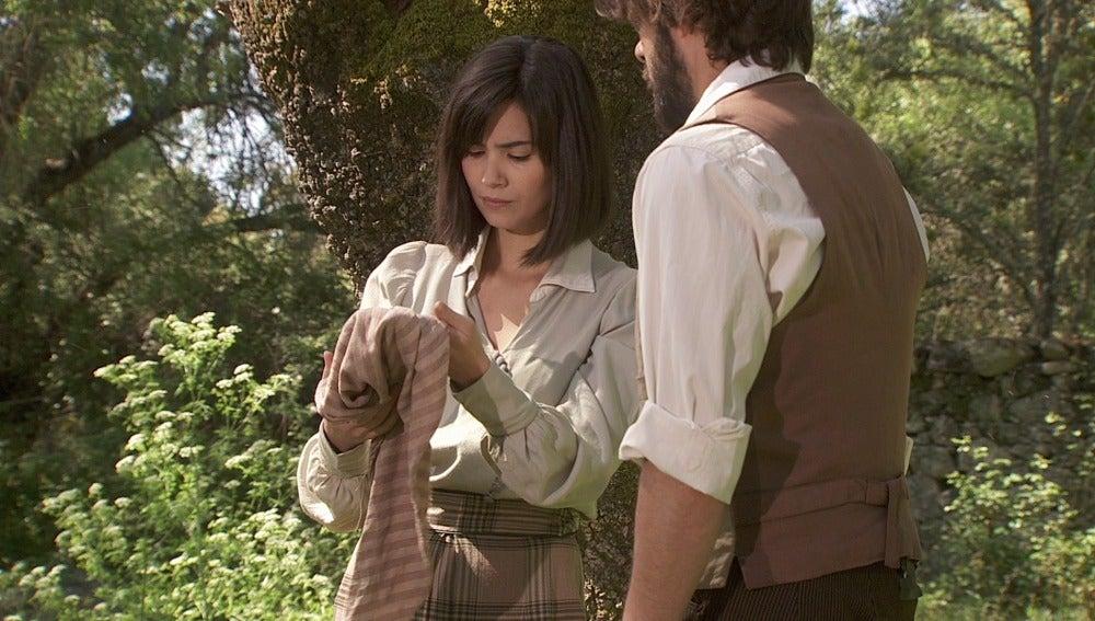 Maria y Gonzalo encuentran un pañuelo
