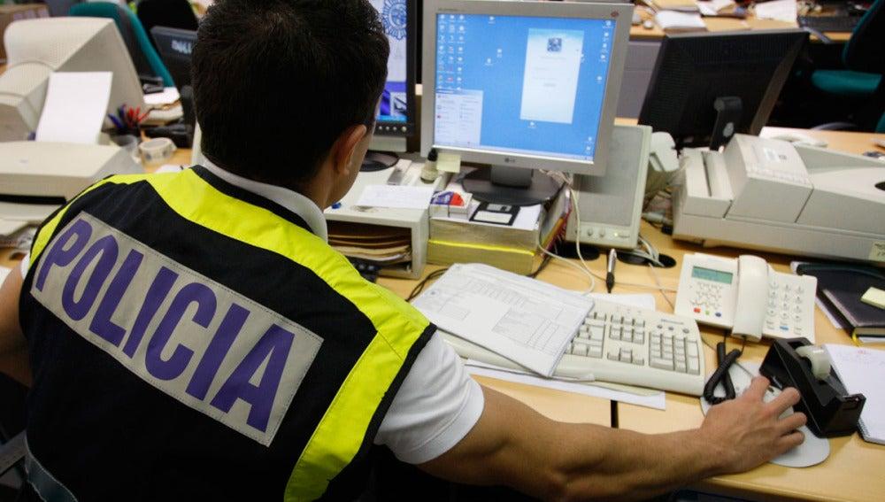 Un agente de la Policía Nacional rastrea posibles delitos en Internet