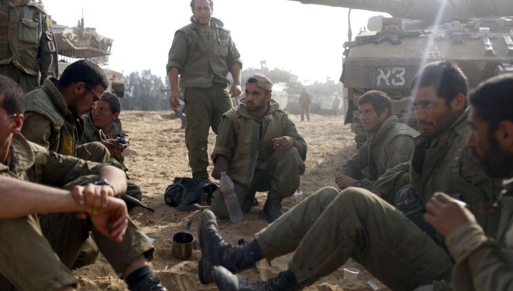 Soldados isaraelís cerca de la frontera con Gaza