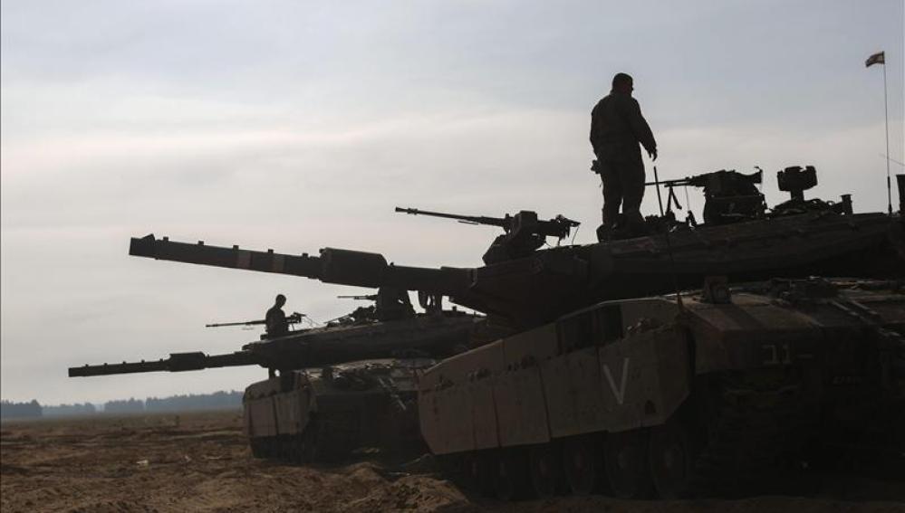 Soldados israelíes permanecen en sus tanques