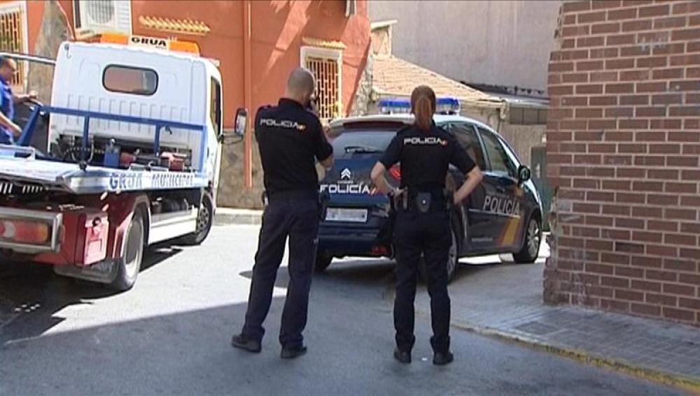 Dos Policias Nacionales en las inmediaciones de la vivienda