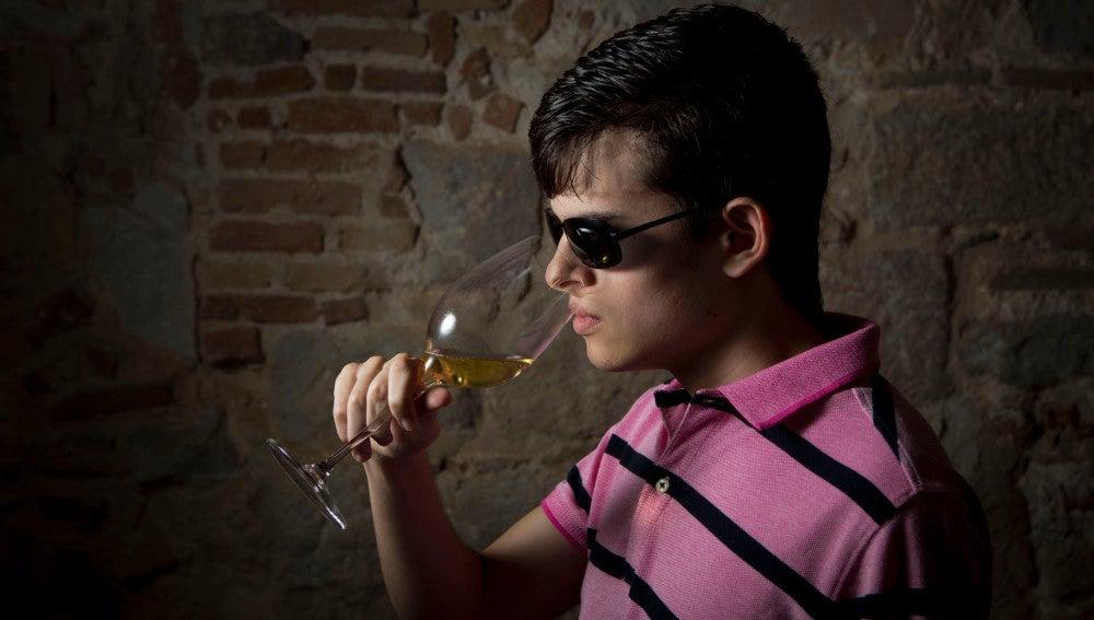 Santiago Cadavid, ciego, es una fiera catando vinos.