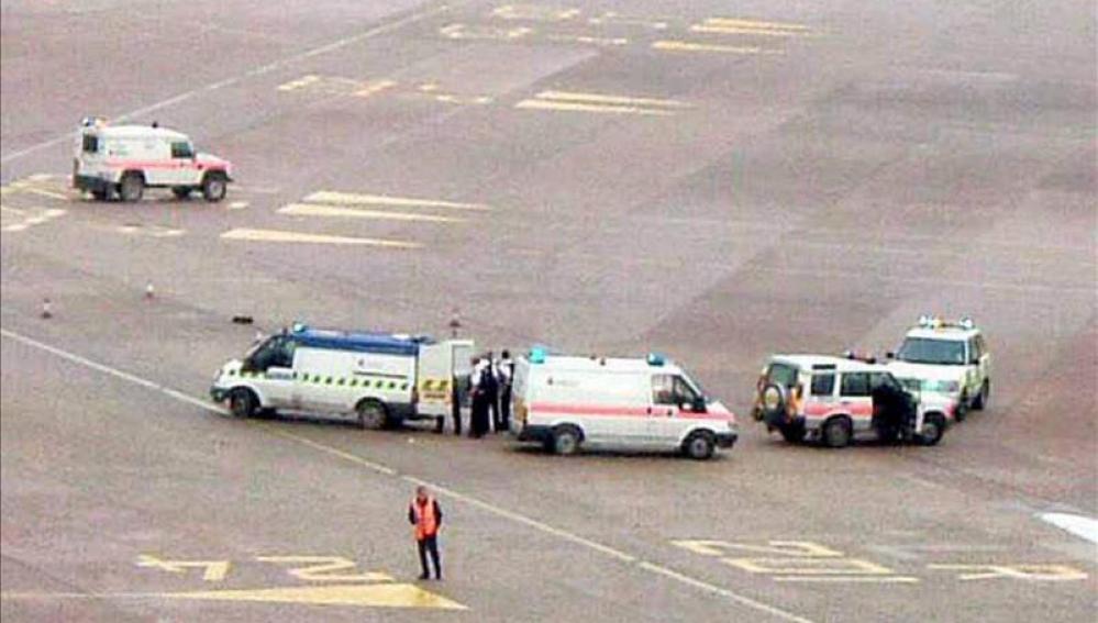 Detenido un pasajero del avión escoltado por una falsa amenaza de bomba