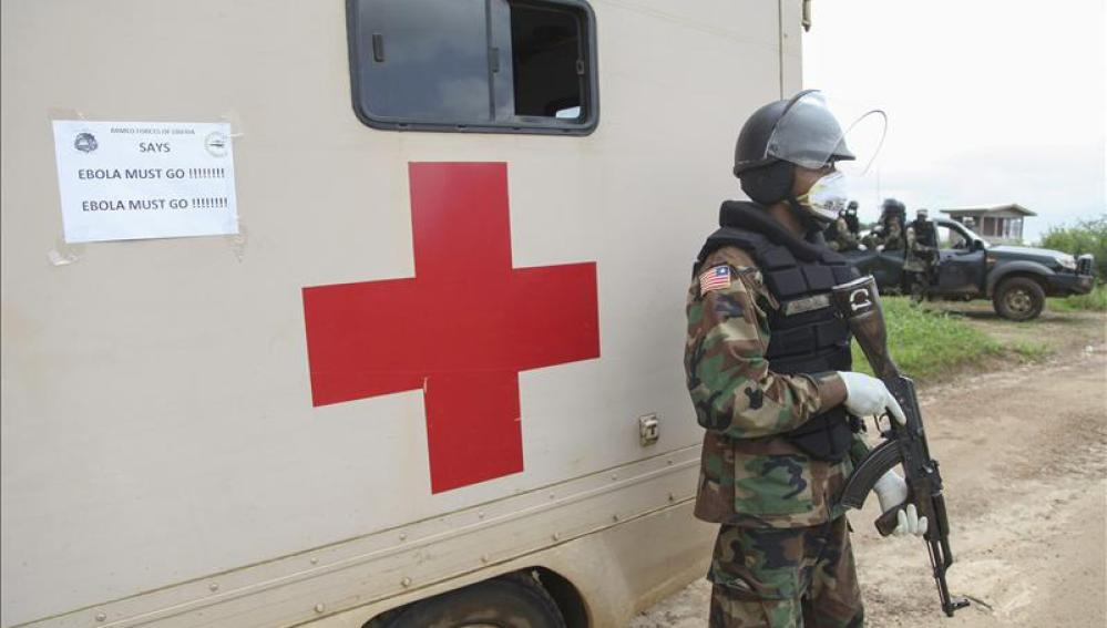 Un policía militar liberiano