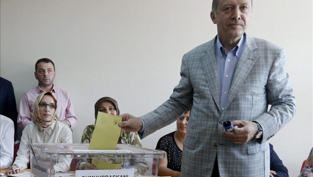 Erdogan vota en las presidenciales en Turquía