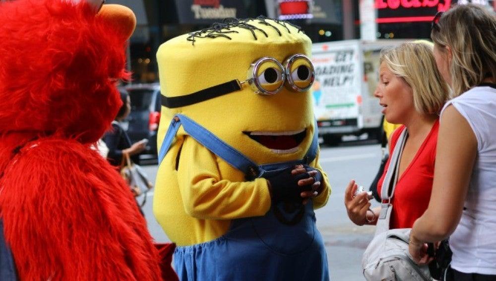 Dos personas disfrazadas en Times Square