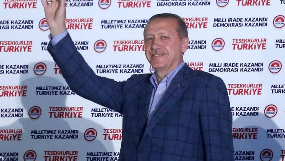 Erdogan saluda a sus seguidores en Ankara