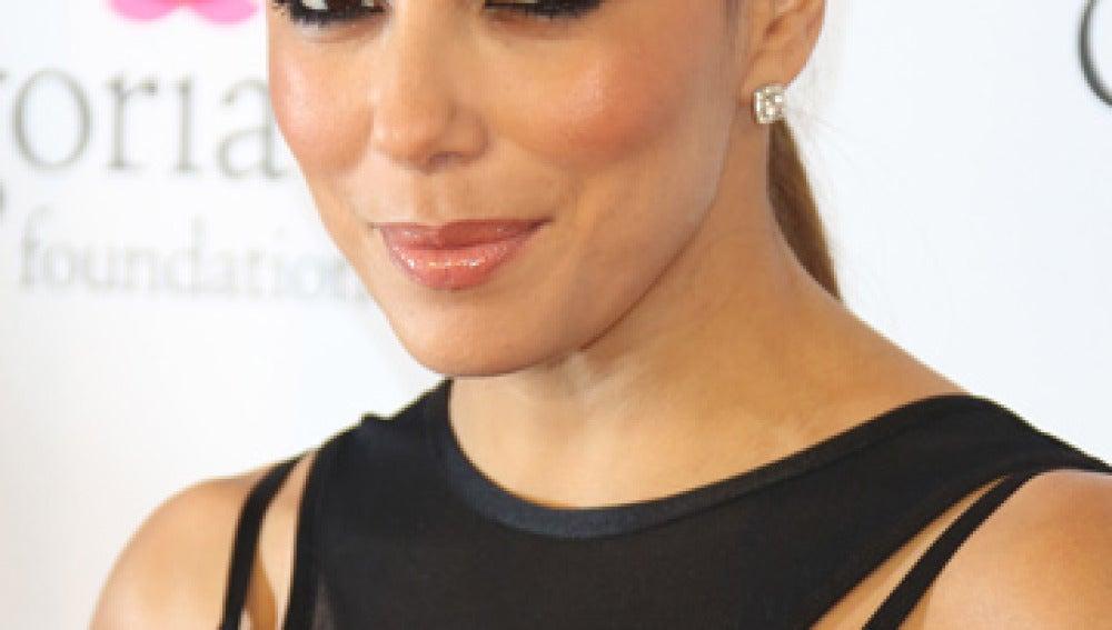 Eva Longoria muy elegante con vestido negro y coleta baja