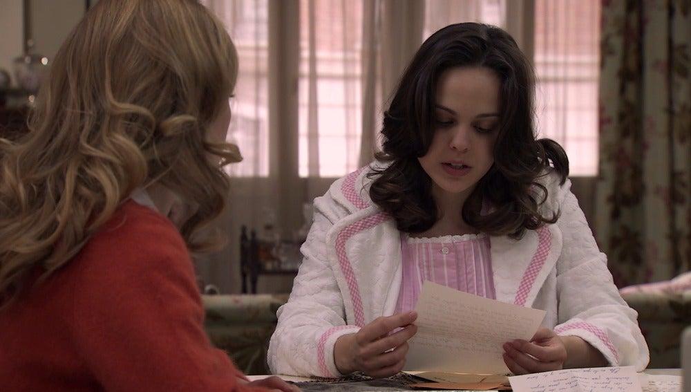 Pilar lee las cartas de su madre