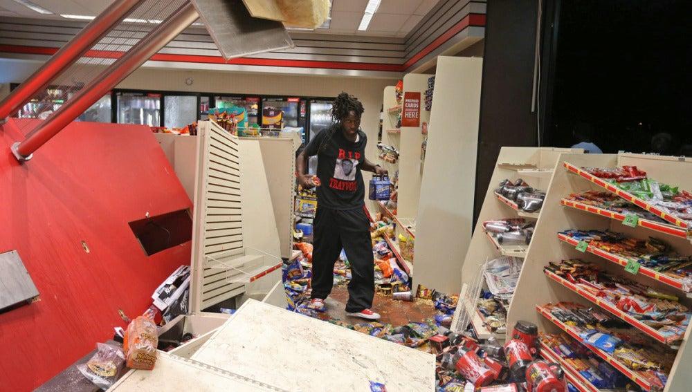 Un joven negro participa en el saqueo de una tienda en Misuri