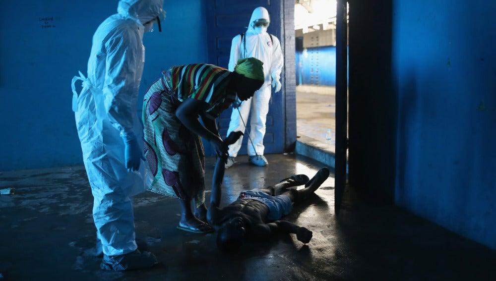 Una mujer trata de auxiliar a su marido en Liberia