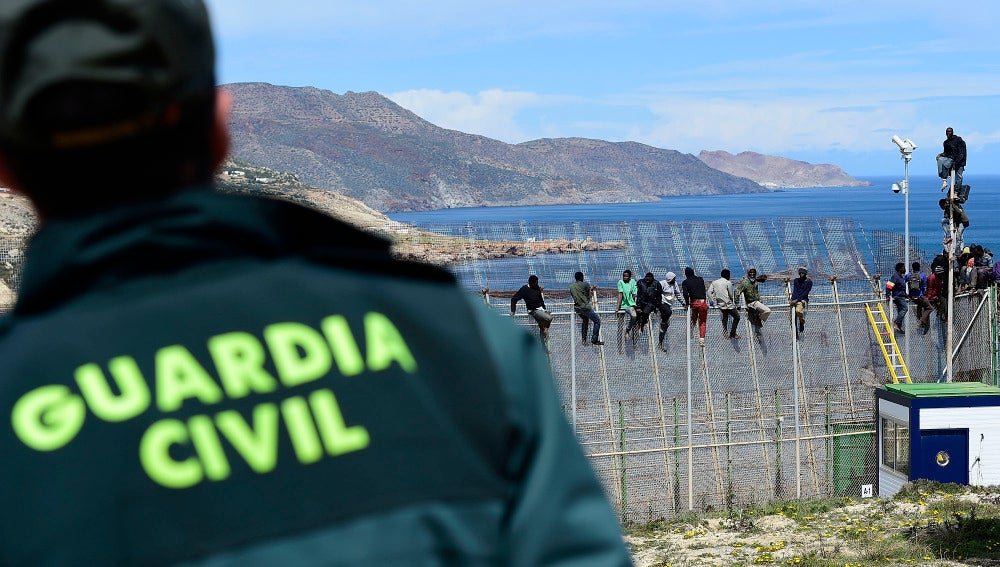 La Guardia Civil en la valla de Melilla