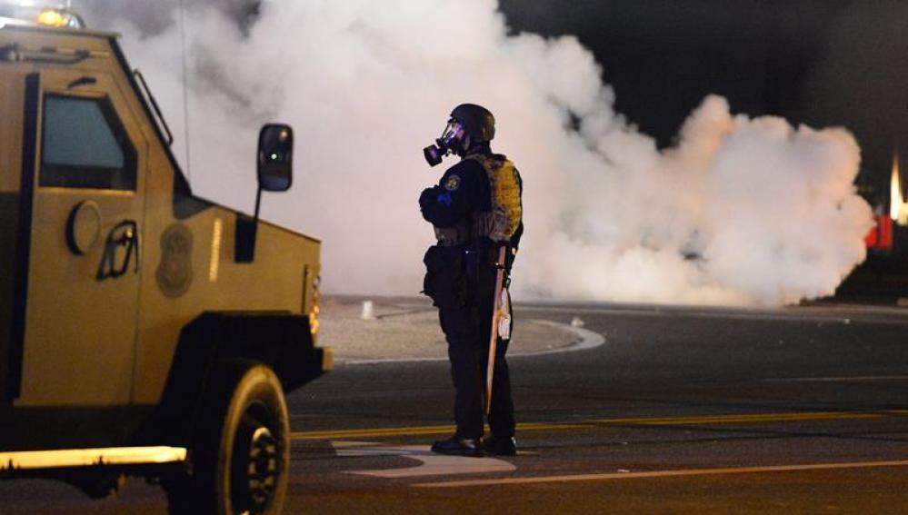 Granadas de aturdimiento y gas lacrimógeno en una nueva noche de violentas protestas en Ferguson