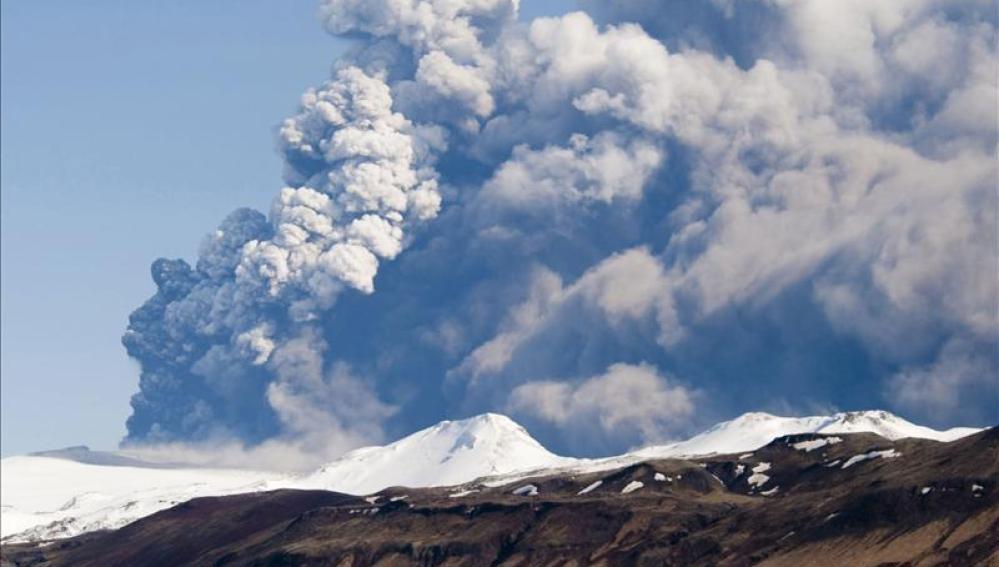 Completan la evacuación de turistas en la zona próxima a un volcán islandés por seísmo