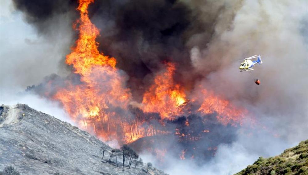 Labores de extinción del incendio forestal cerca de Sierra Nevada