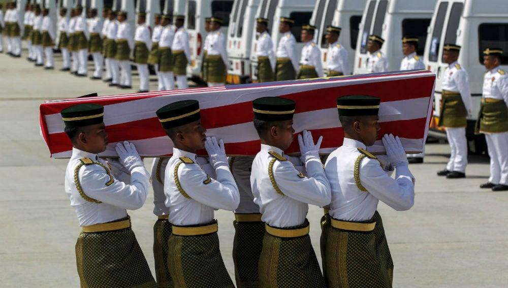 Reciben en Malasia 20 de los 43 cuerpos del avión derribado en el este de Ucrania