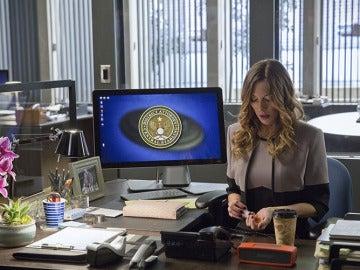 Laurel tomando drogas en su oficina