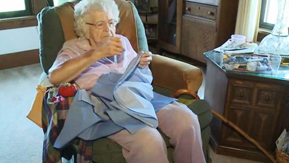 Lillian Webber cosiendo en su casa