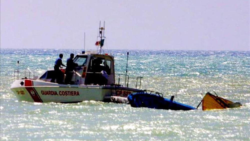 Rescatados los cadáveres de 20 inmigrantes del barco hundido frente a las costas de Libia