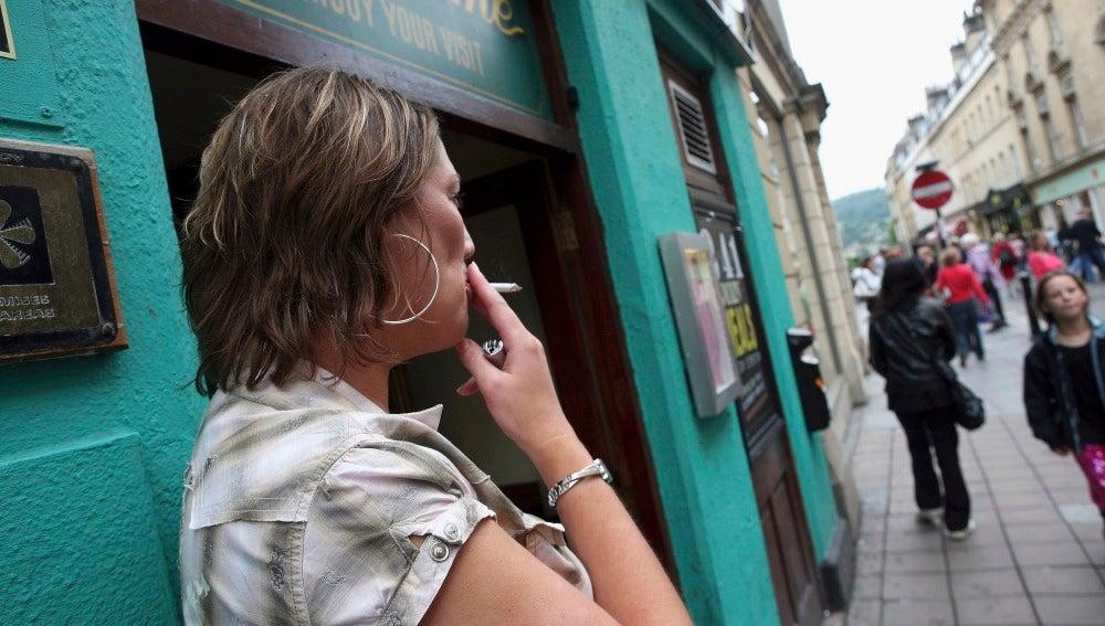 Una mujer fuma un cigarrillo en Somerset, Inglaterra