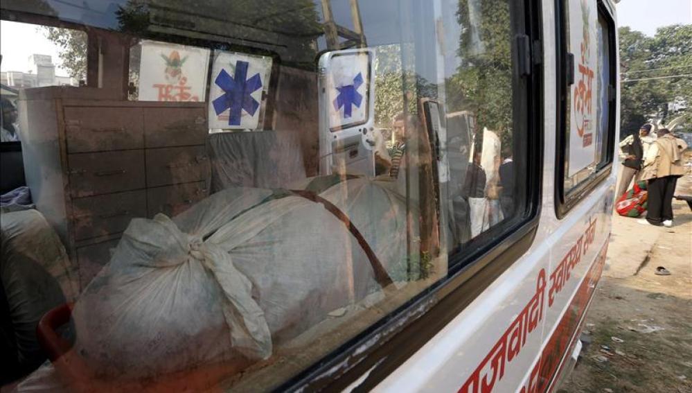 Una de las víctimas de una estampida permanece en el interior de una ambulancia