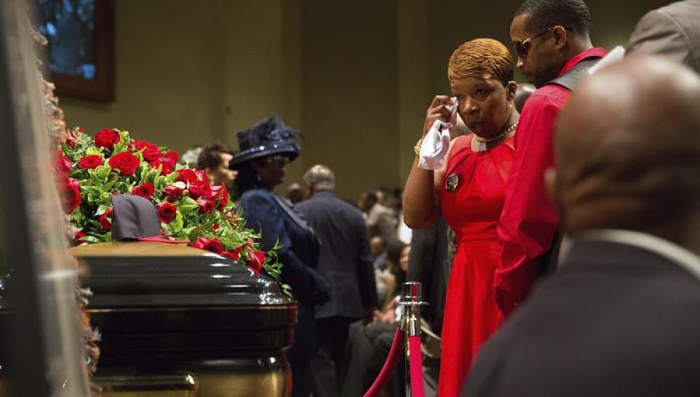 Los familiares del afroamericano Michael Brown asisten a su funeral