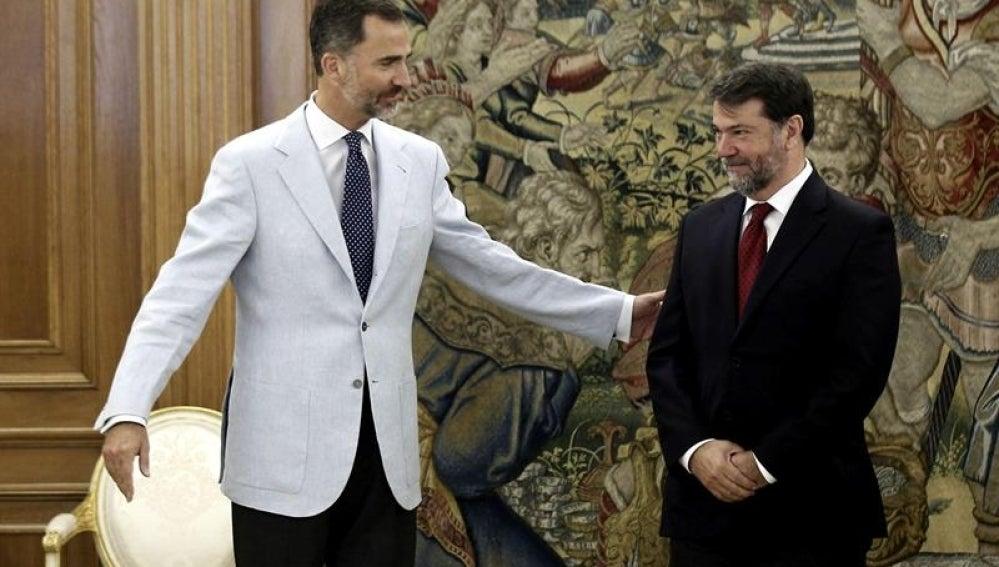 Felipe VI saluda al investigador Pedro Alonso.