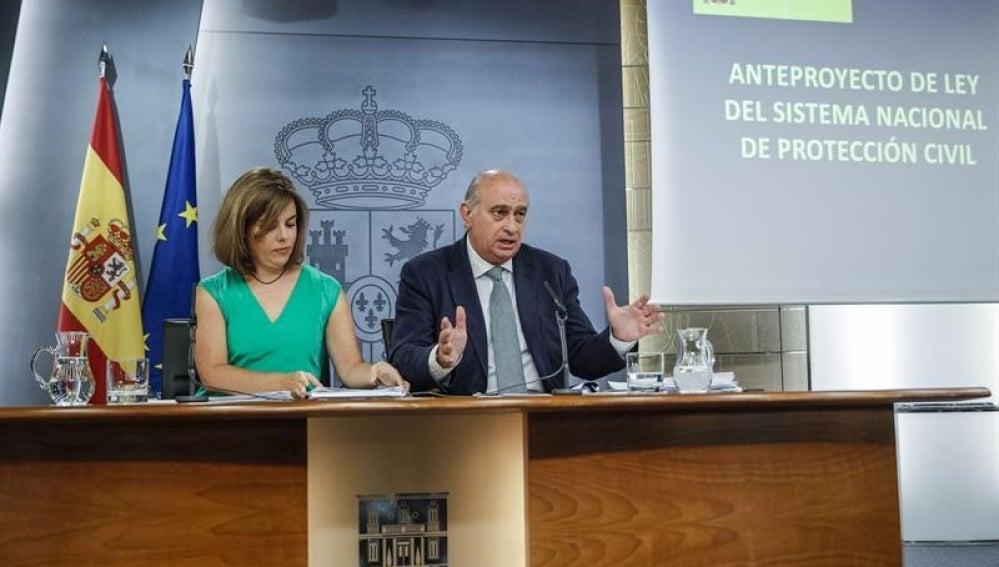 Sáenz de Santamaría y Fernández Díaz en rueda de prensa.