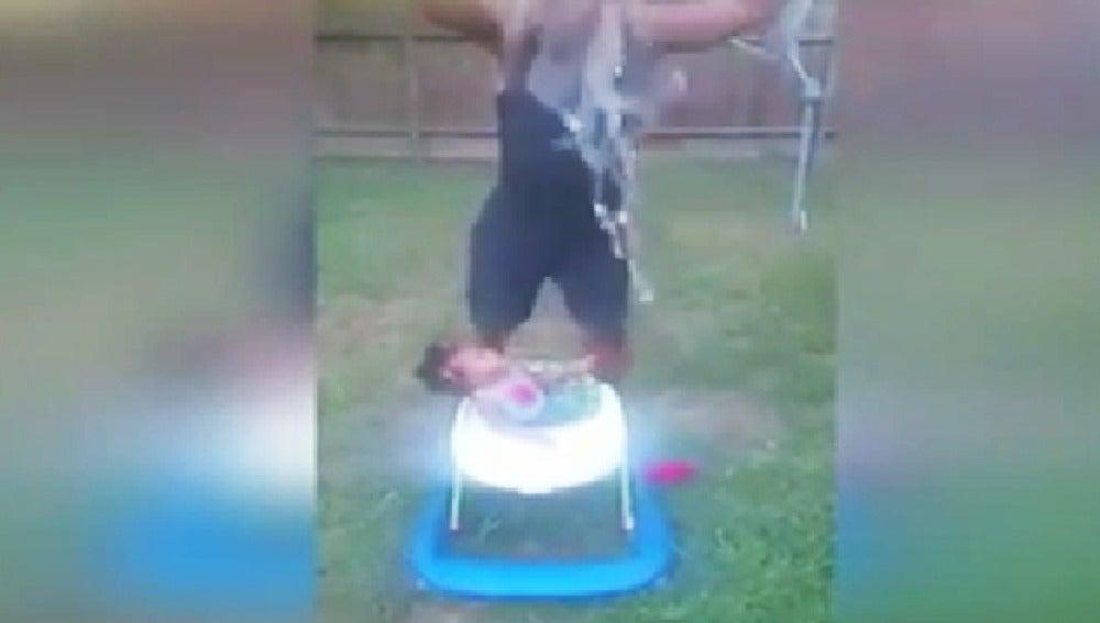 Captura del vídeo en el que la pequeña recibe el cubo de agua.