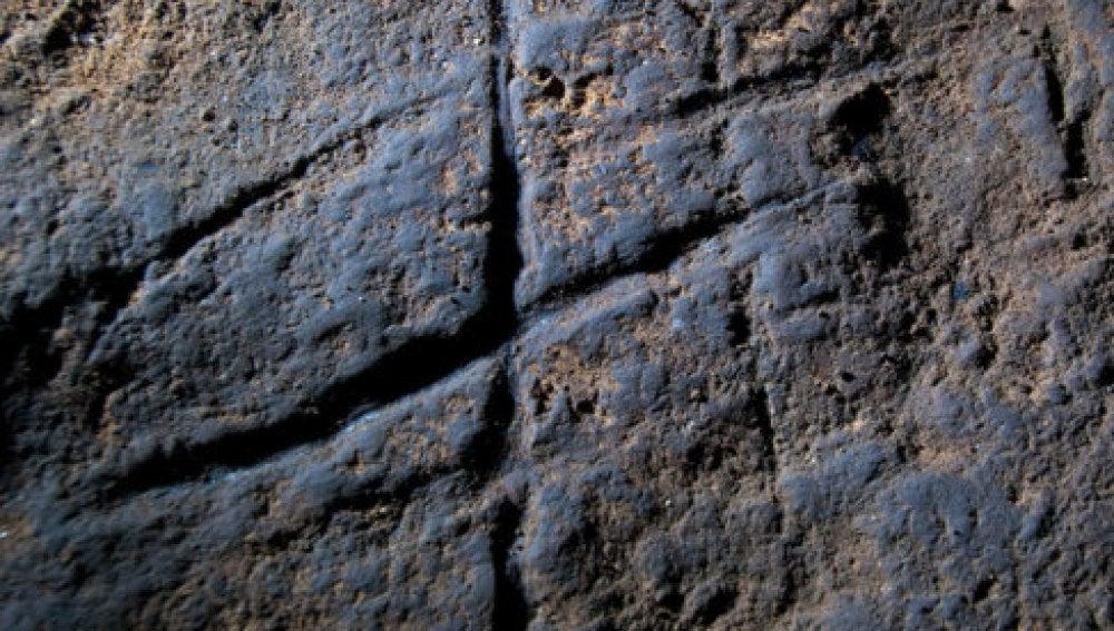 Grabado tallado por neandertales en la Cueva de Gorham, en Gibraltar