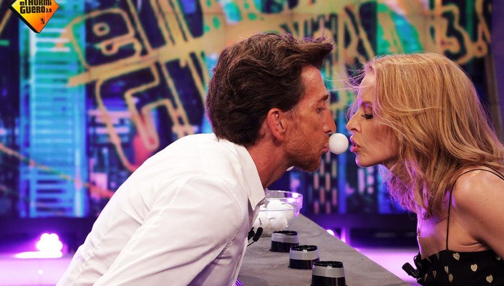 Pablo Motos y Kylie Minogue juegan al 'Efecto Bernoulli'