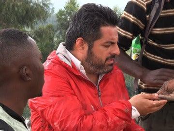 Jalis de la Serna durante la grabación de 'En Tierra Hostil' en el Congo