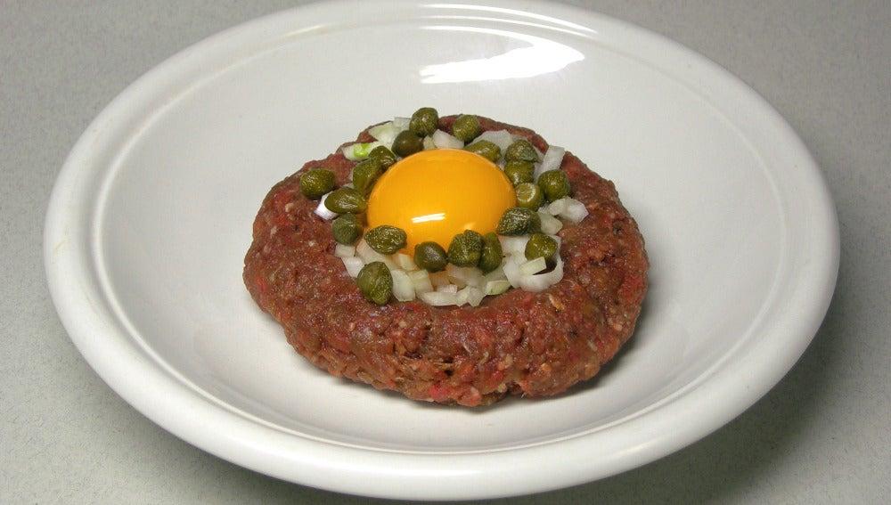 También se puede coronar el steak tartar con una yema de huevo.