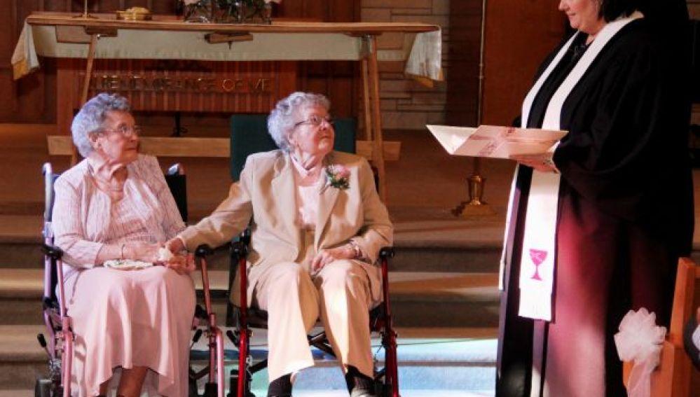 """Vivian Boyack y Alice """"Nonie"""" Dubes, durante la ceremonía"""