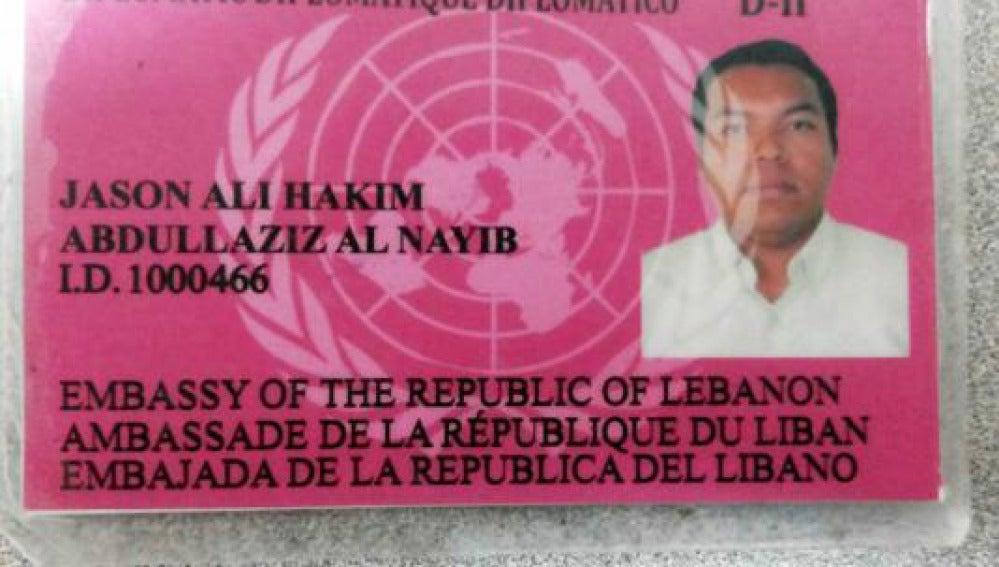 Uno de los carnets falsos de diplomático