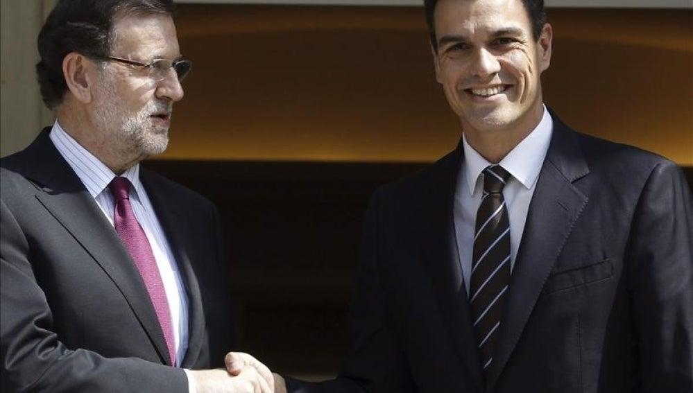 Mariano Rajoy recibe al socialista Pedro Sánchez en Moncloa.