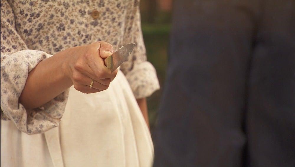 Mariana amenaza a Francisca con un cuchillo