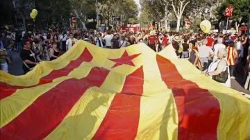 Vista de una gigantesca bandera en una manifestación independentista celebrada con motivo de la fiesta Nacional de Cataluña