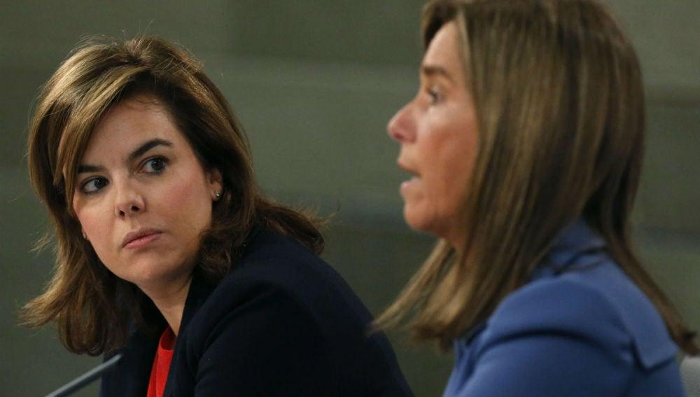 La vicepresidenta del Gobierno, Soraya Sáenz de Santamaría, y la ministra de Sanidad, Ana Mato