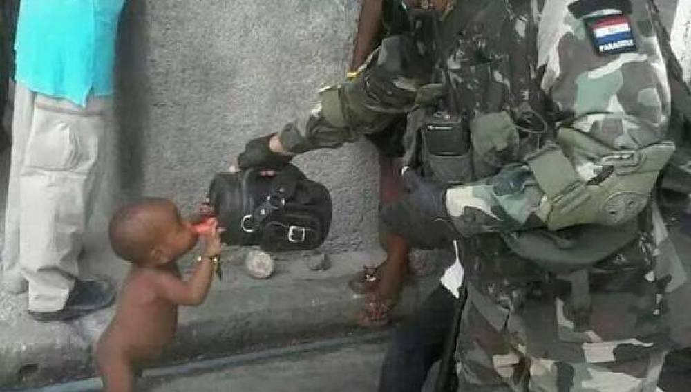 El soldado dándole agua al niño en Haití