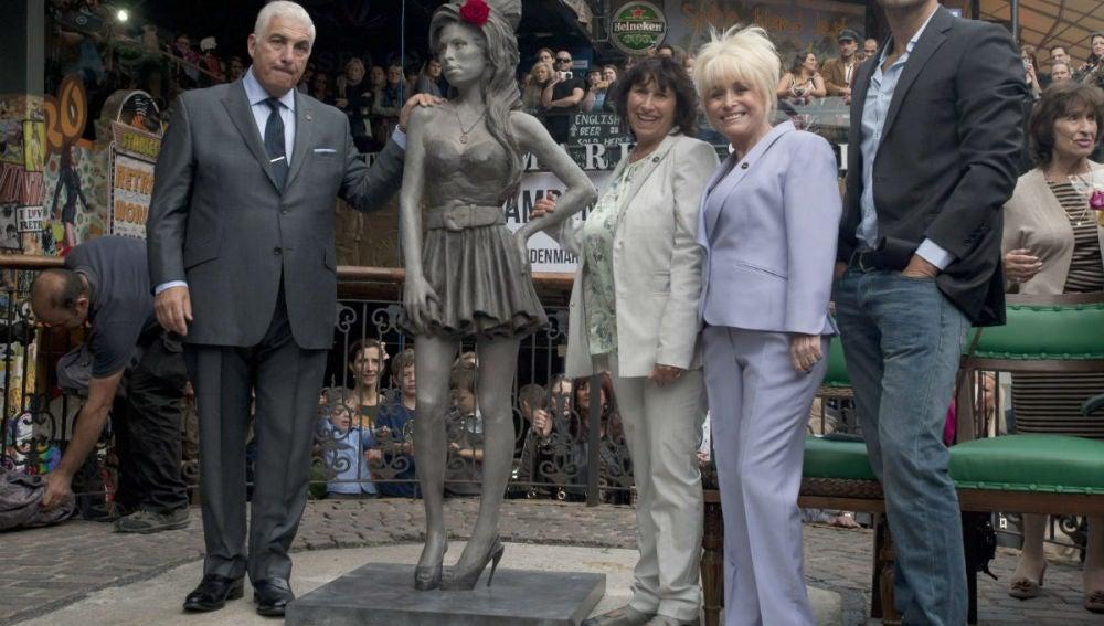 Estatua del cantante Amy Winehouse en el barrio Candem