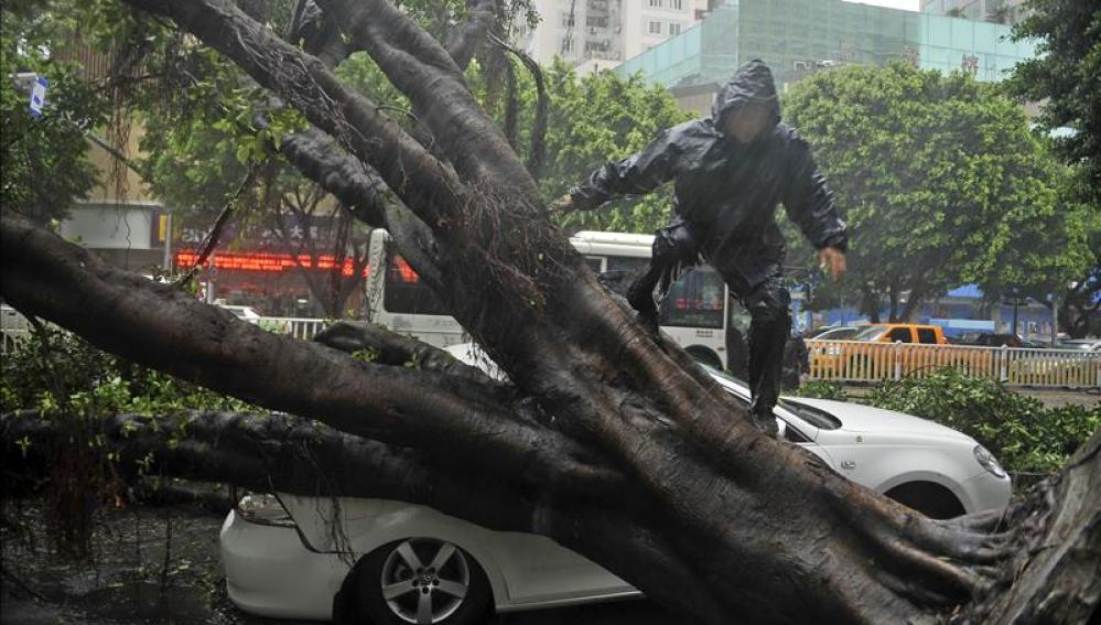 China activa la alerta naranja por la llegada del tifón Kalmaegi