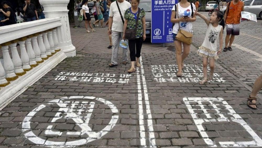 Carriles para usuarios de móvil en las calles de Chongging.