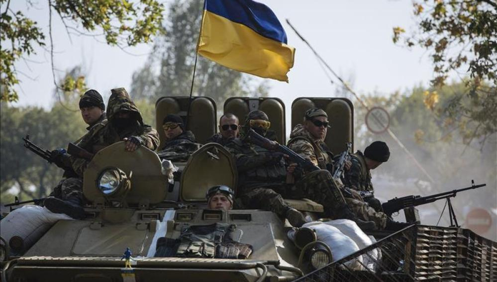 Soldados del ejército ucraniano son vistos por las calles de Kramatorsk, cerca de la localidad de Slavians