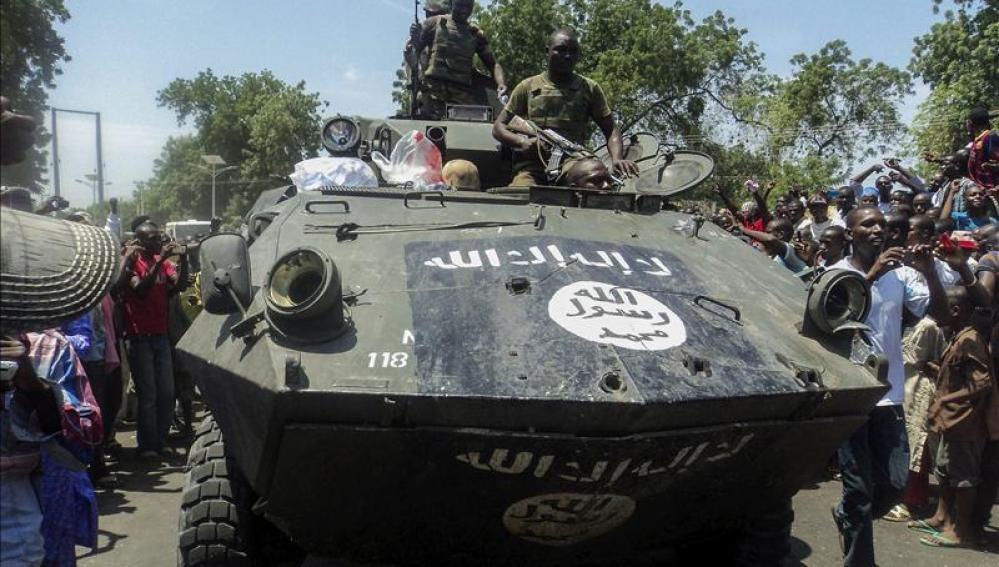 oldados nigerianos muestran uno de los vehículos armados incautados a Boko Haram