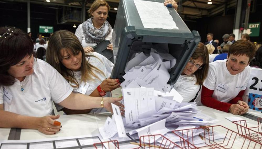 Autoridades realizan el conteo de votos del referéndum en Aberdeen, Escocia
