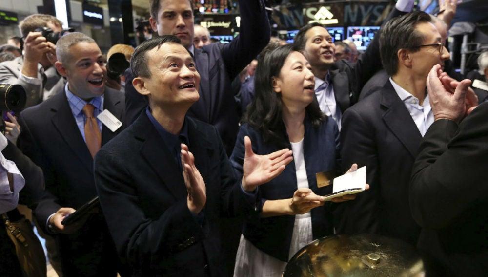 El fundador y director ejecutivo de Alibaba aplaude tras hacer sonar la campana ceremonial de la Bolsa de Nueva York