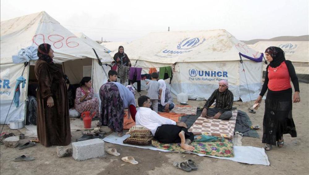Un grupo de refugiados descansa en el campamento Kawergost de Arbil
