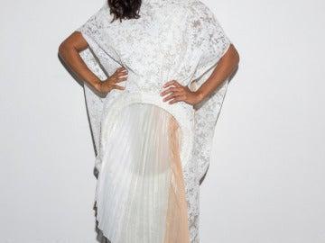 Rosario Dawson lució un vestido blanco en Milán